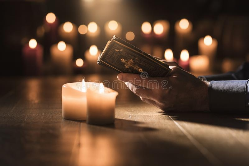 在教会里供以人员读圣经和祈祷. 天主教, 书目.