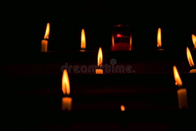 在教会里点燃的蜡烛 免版税库存照片