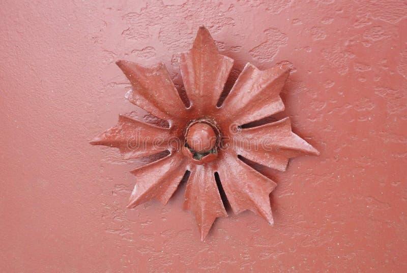 在教会门,立陶宛的美丽的老金属花 免版税库存图片