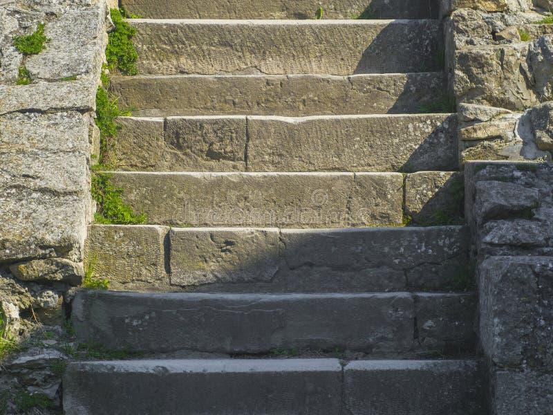 在教会附近的古老中世纪石步 免版税库存照片