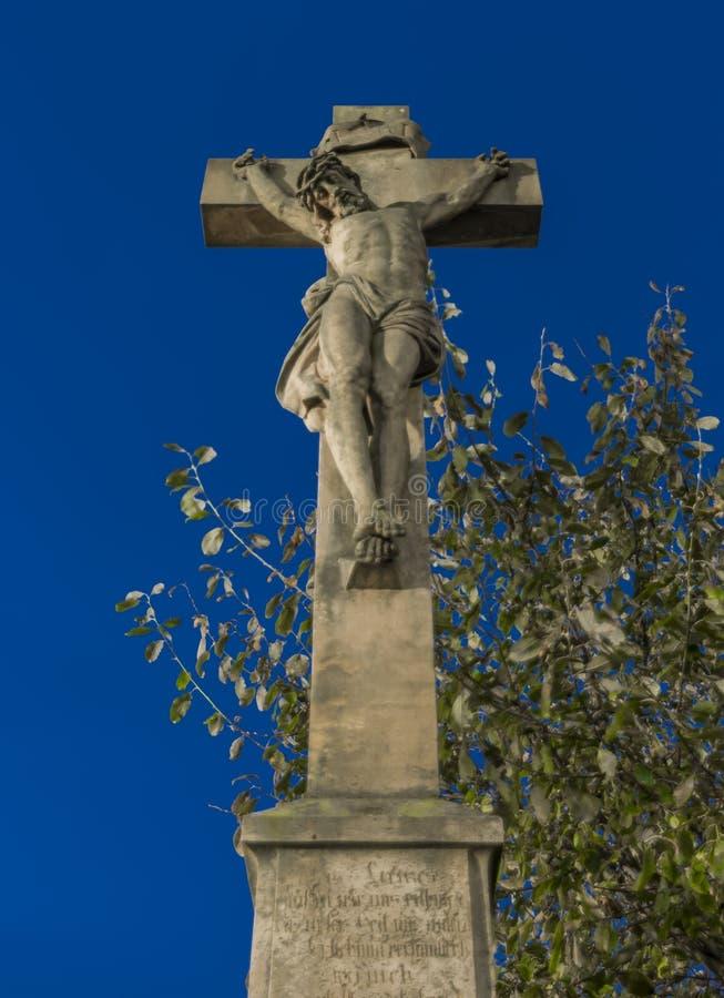在教会附近的耶稣受难象在Krasna Lipa镇 库存图片