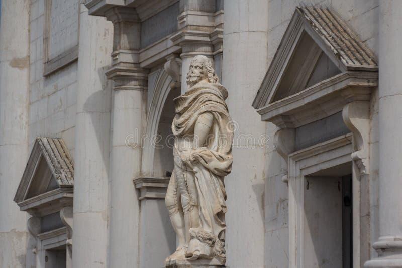 在教会附近的雕象 免版税库存照片