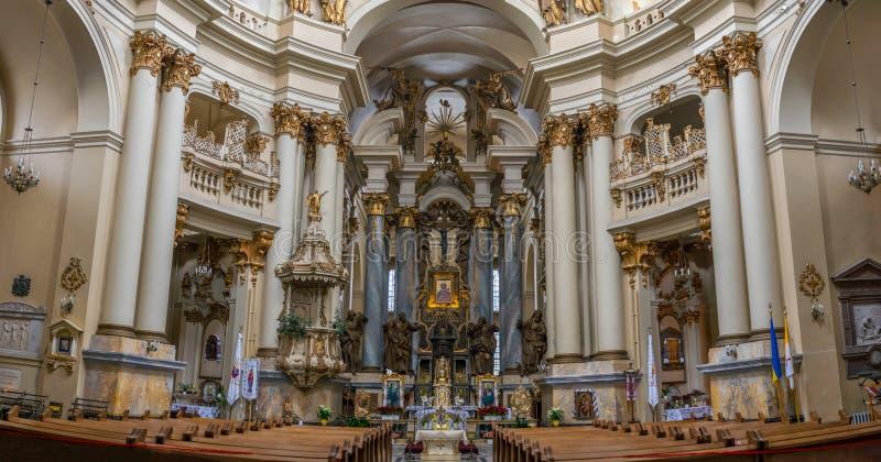 在教会-古老大教堂的室内装璜里面 图库摄影