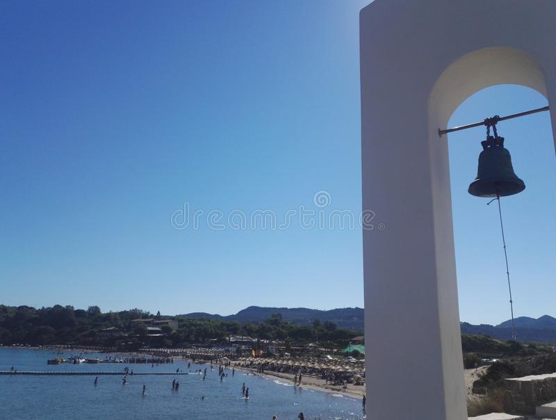 在教堂圣尼古拉斯,贴水Nicolasos海滩附近的钟楼在背景中 免版税库存照片