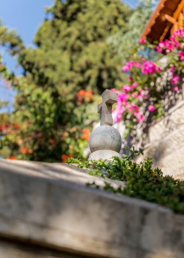 在教堂的屋顶的石十字架在抹大拉的马利亚庭院里在耶路撒冷,以色列 图库摄影