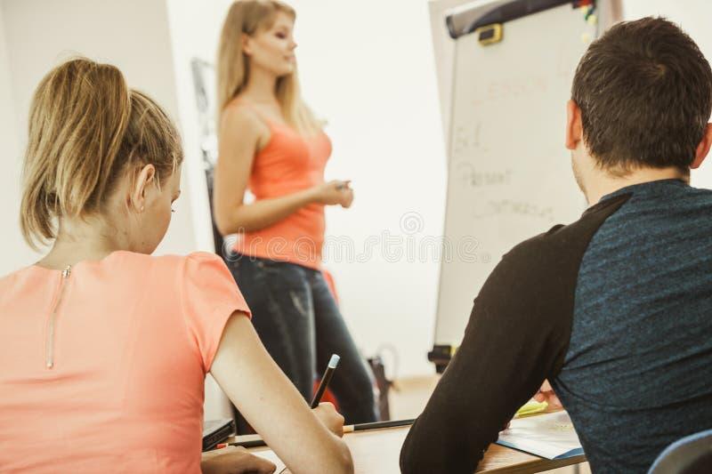 在教室学会英语的学生 免版税库存图片