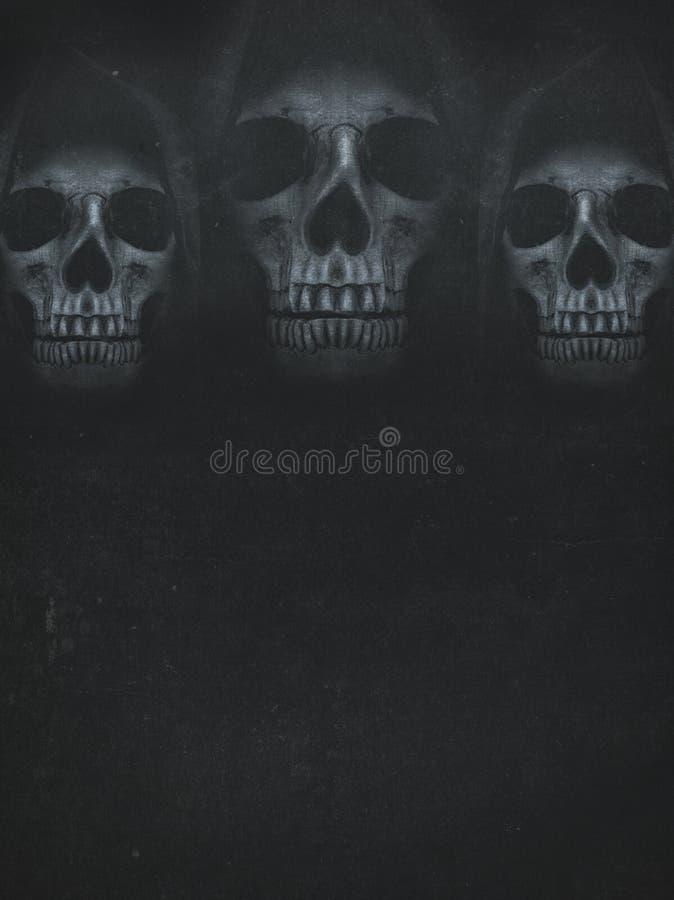 在敞篷的人的头骨在黑暗的背景 横幅万圣节安排您文本的向量 免版税库存照片