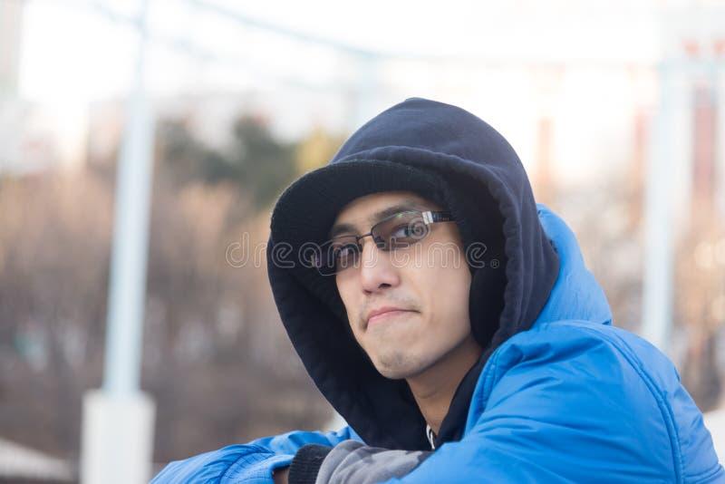 在敞篷穿戴太阳镜和微笑的亚洲男性 库存照片