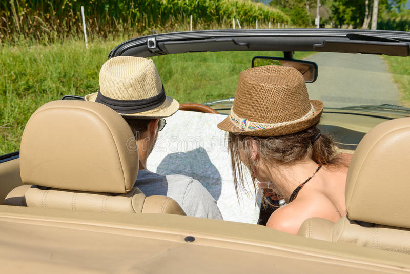 在敞篷车的一对夫妇, 免版税图库摄影