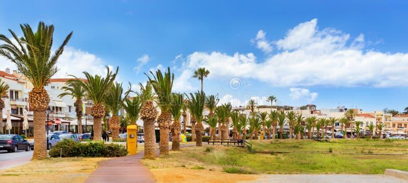 在散步的棕榈树 克利特希腊rethymno 免版税库存图片