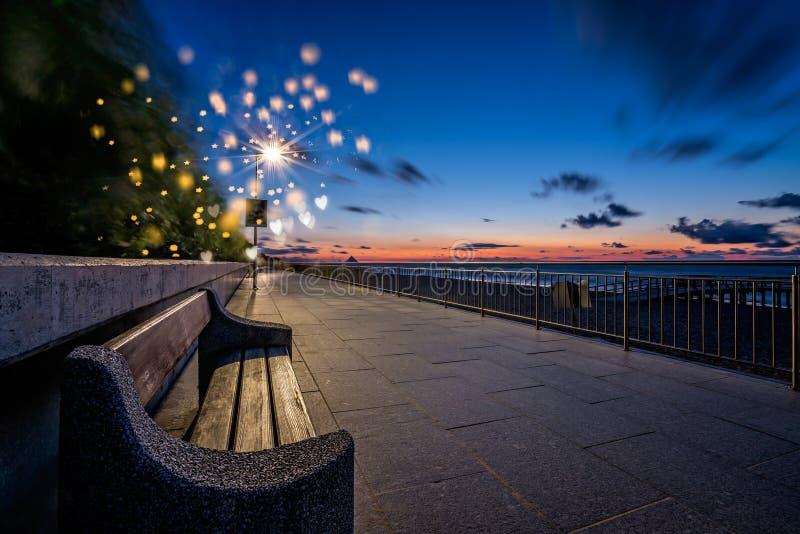 在散步的长凳在日落 免版税图库摄影