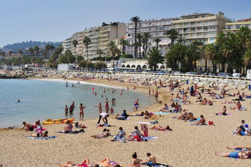 在散步de la Croisette的公开海滩在戛纳,法国 免版税库存图片