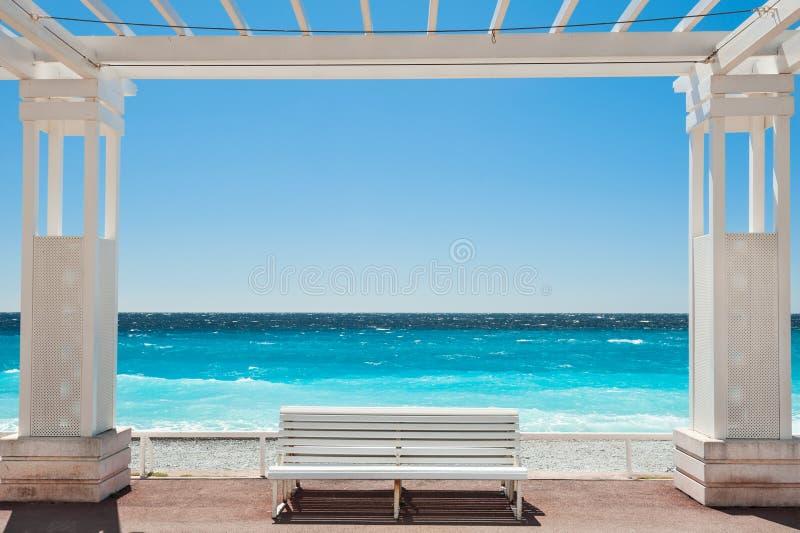 在散步des Anglais的白色长凳在尼斯,法国 库存图片