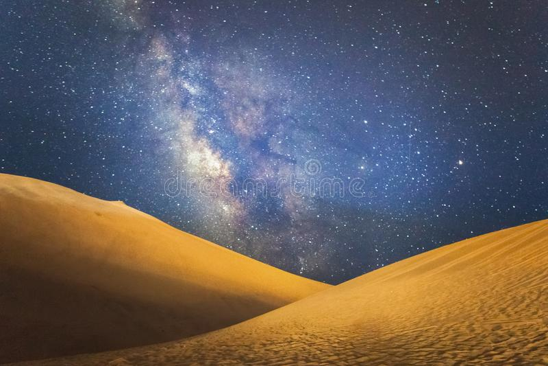 在敦煌沙漠上的银河 免版税库存照片