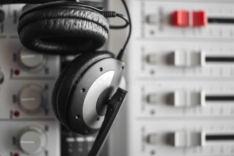 在数字式混音器的高保真合理的卫兵和噪声降低耳机 免版税库存照片