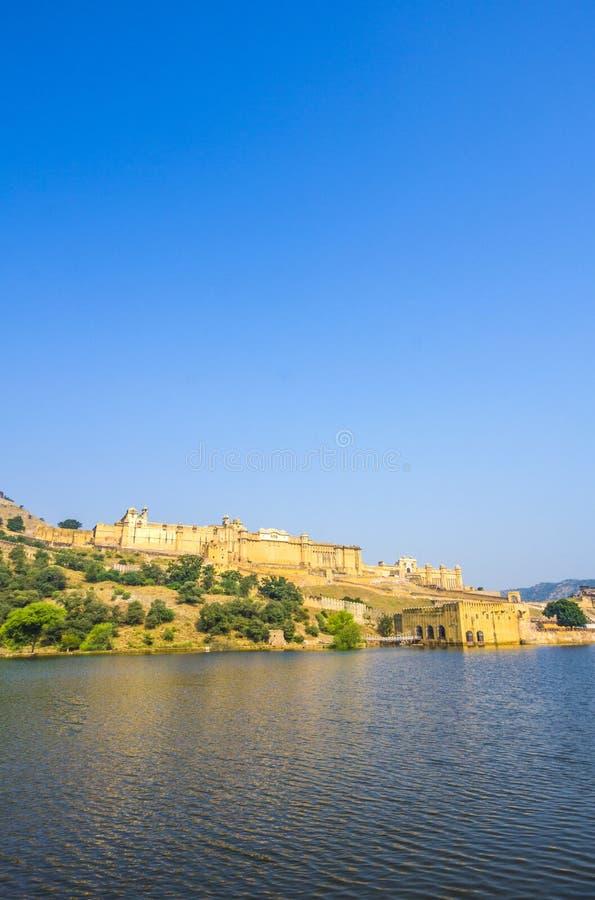 在斋浦尔附近的阿梅尔堡垒在蓝天下 库存照片