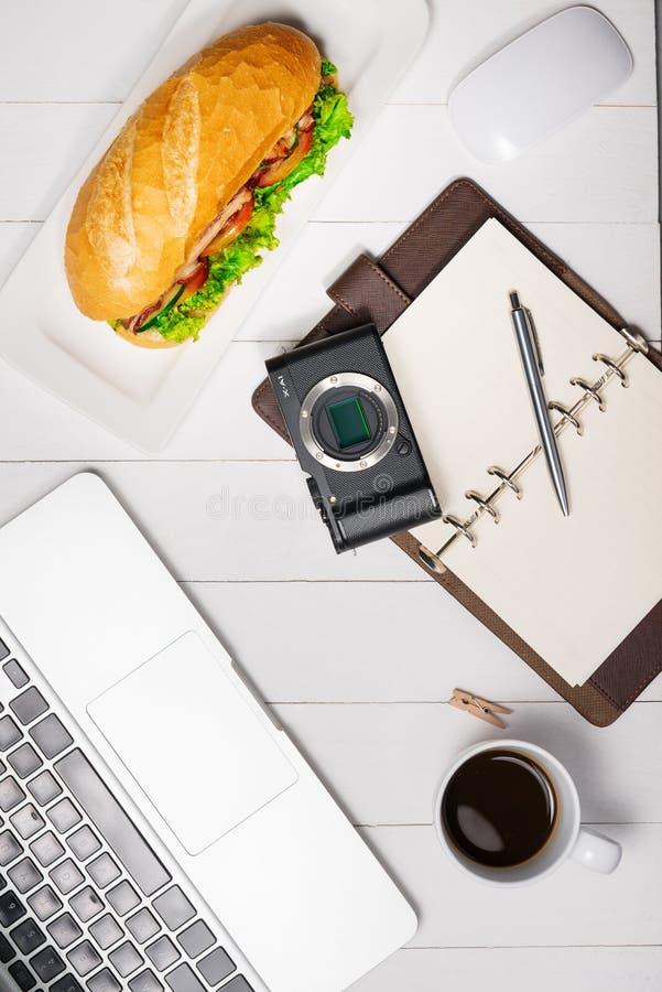 在断裂时间的快餐 健康工作午餐在办公室,顶视图 免版税库存图片