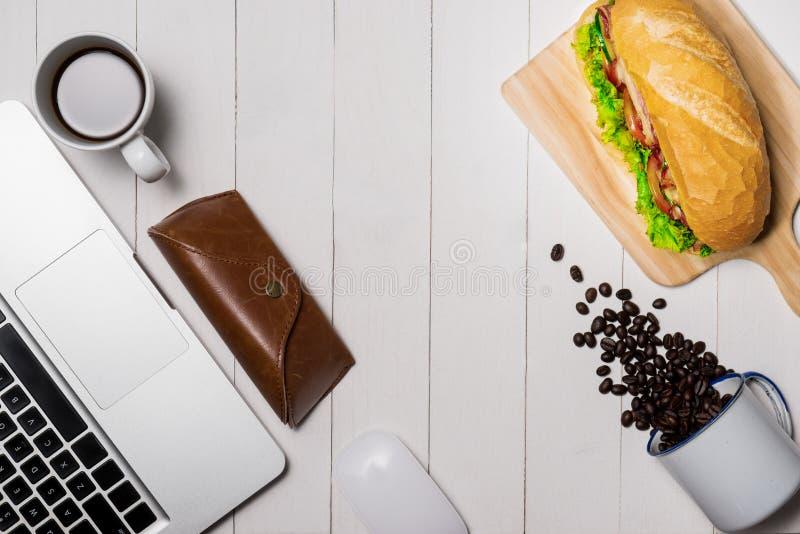 在断裂时间的快餐 健康工作午餐在办公室,顶视图 免版税库存照片