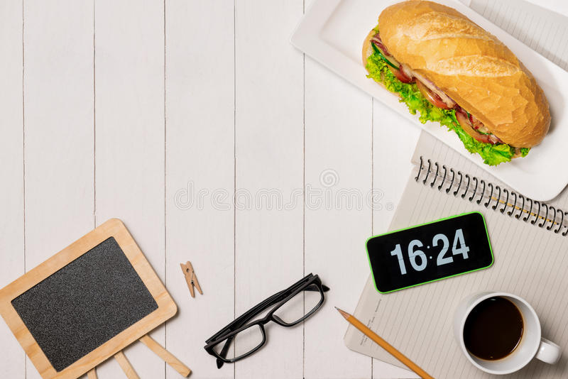 在断裂时间的快餐 健康工作午餐在办公室,顶视图 库存图片