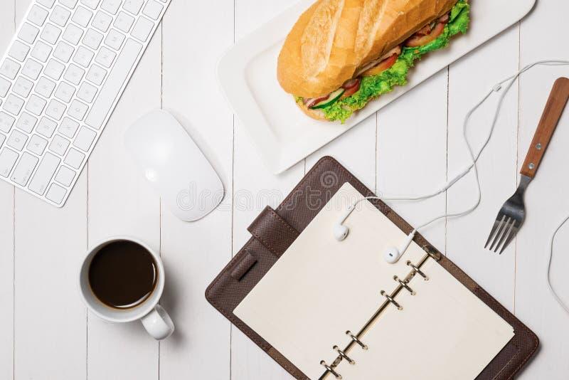 在断裂时间的快餐 健康工作午餐在办公室,顶视图 库存照片