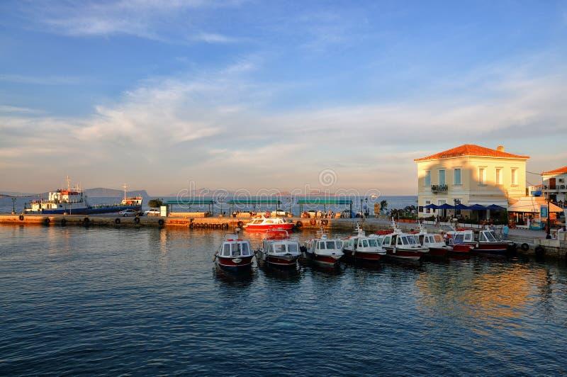 在斯佩察岛Dapia港口的日落 免版税图库摄影