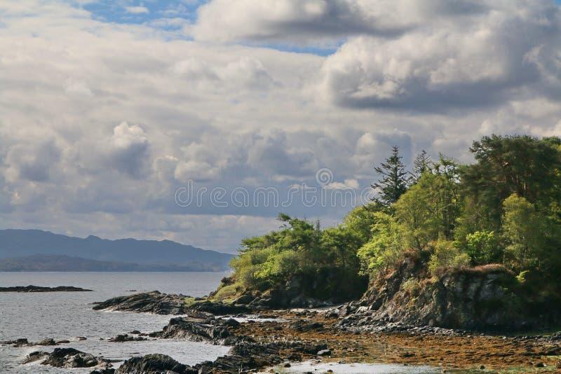 在斯凯小岛的崎岖的岸  库存照片