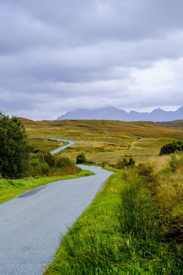 在斯凯岛小岛的弯曲道路  免版税图库摄影
