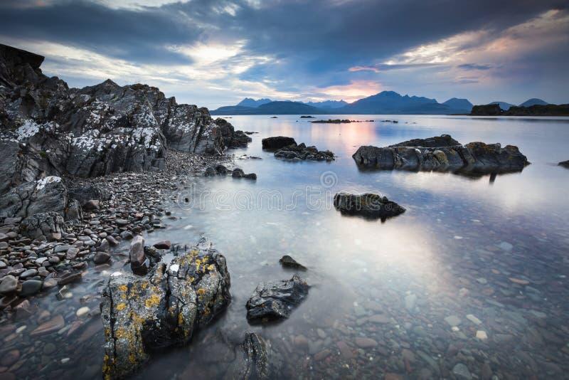 在斯凯岛小岛的海湾Eishort和山  免版税库存图片