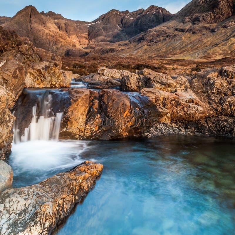 在斯凯岛小岛的神仙水池在金黄小时 图库摄影