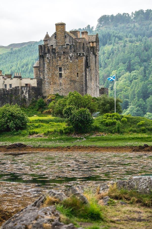 在斯凯附近,苏格兰,英国小岛位于的爱莲・朵娜城堡  库存照片