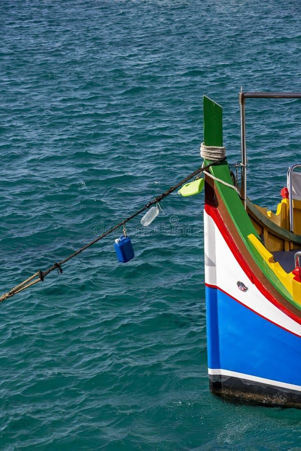 在斯利马子线,马耳他的五颜六色的马尔他Luzzu小船弓 库存照片