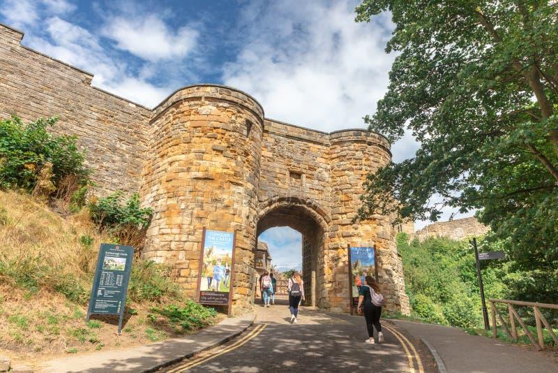 在斯卡巴勒城堡中世纪墙壁的被成拱形的入口  库存图片
