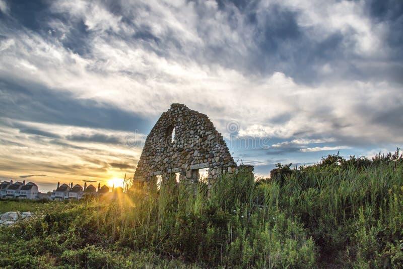 在斯卡巴勒海滩的黑点病废墟在Narragansett,罗德岛 免版税库存照片