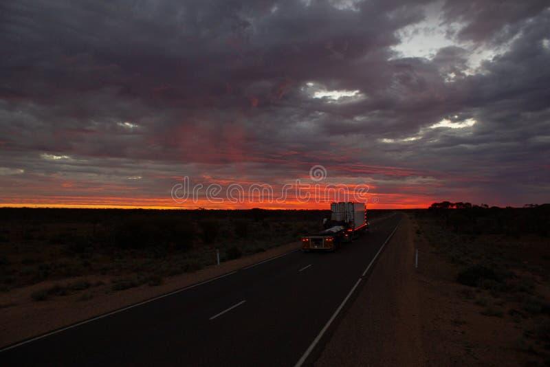 在斯图尔特高速公路的Roadtrain在晚上 一个roadtrain用途在澳大利亚的偏远地区高效率地移动货物,北方领土 免版税库存照片