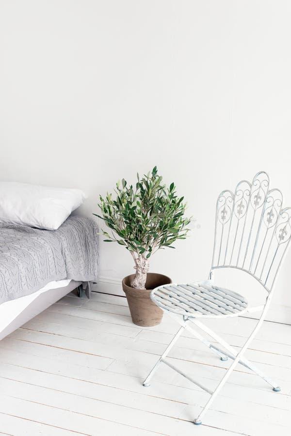 在斯堪的纳维亚样式的白色顶楼内部 公寓,有白色木地板的客厅舒适区域在北欧样式的 免版税库存图片