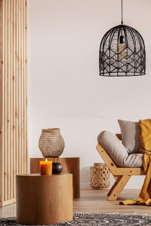 在斯堪的纳维亚蒲团旁边的两张木咖啡桌在优等的客厅内部 库存照片