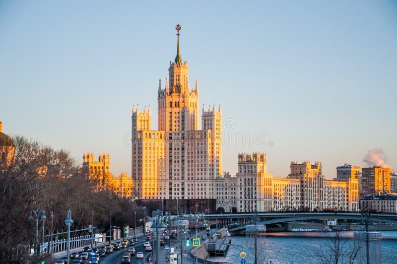 在斯大林摩天大楼的看法Moskva河的Kotelnicheskaya堤防的落日的光芒的 免版税库存图片