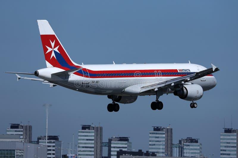 在斯希普霍尔阿姆斯特丹机场AMS的马耳他航空减速火箭的号衣平面着陆 免版税库存照片