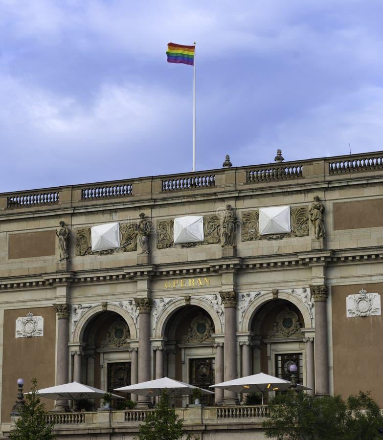 在斯德哥尔摩歌剧的自豪感旗子 免版税库存图片