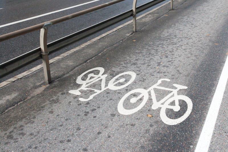 在斯德哥尔摩街道上的自行车道路  库存照片