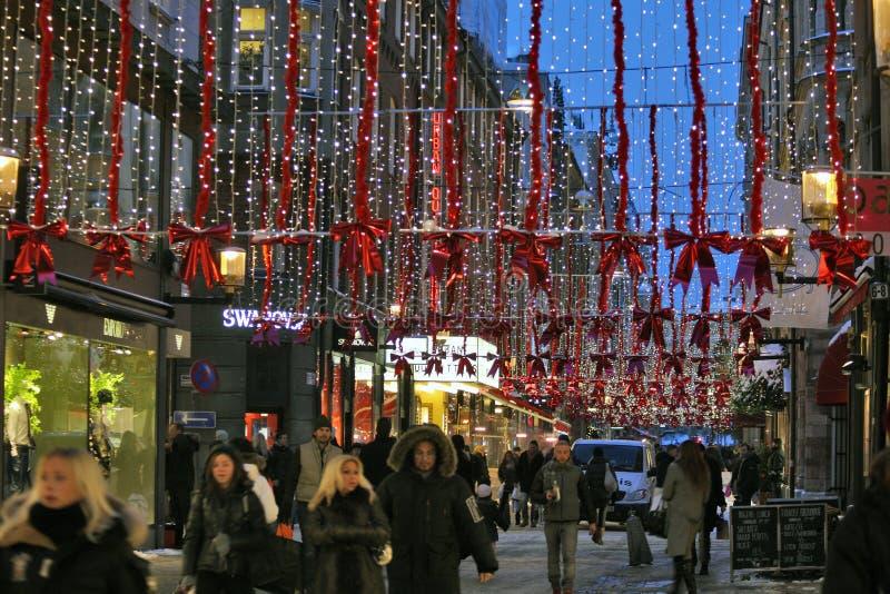 在斯德哥尔摩街道的圣诞节熙来攘往  库存图片