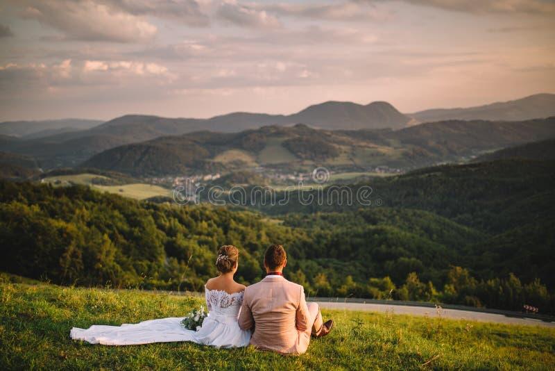 在斯洛伐克的山的婚礼,好的看法 免版税图库摄影