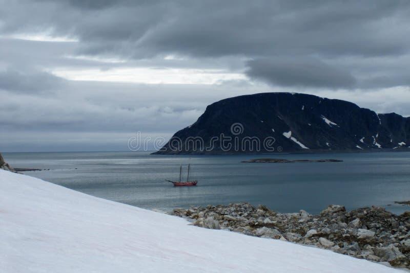 在斯瓦尔巴特群岛海岸的帆船 库存图片