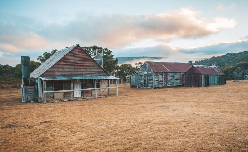 在斯诺伊山澳大利亚日出的日志小屋 库存照片