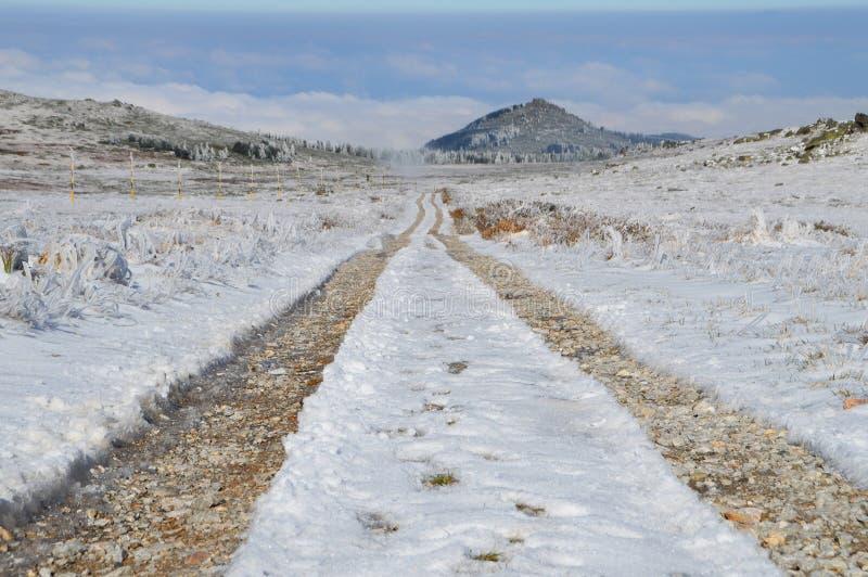 在斯诺伊高山高原的土路 图库摄影
