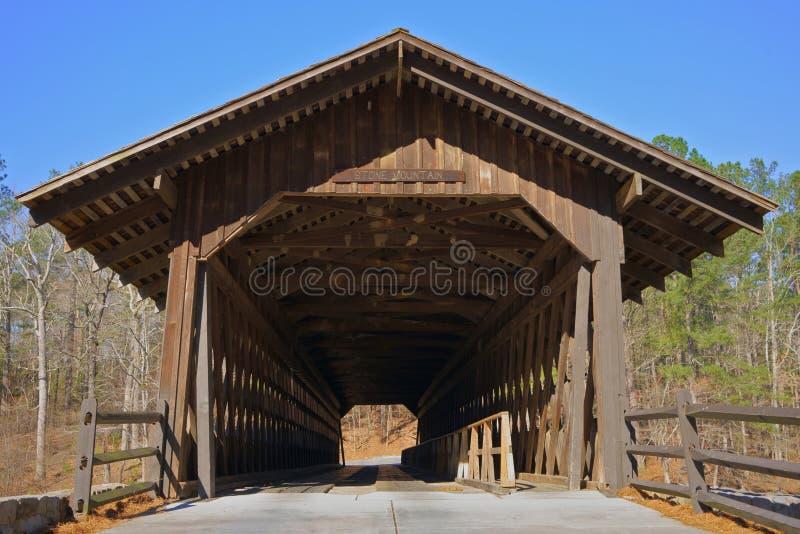 在斯通山公园,亚特兰大,乔治亚,美国的被遮盖的桥 免版税库存图片