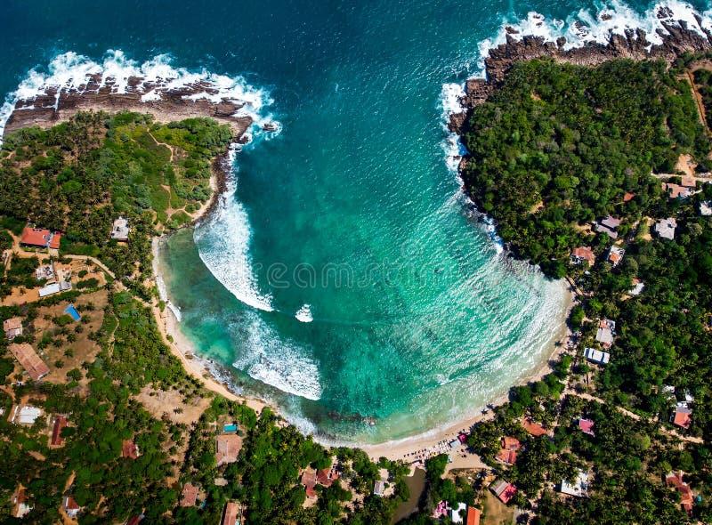 在斯里兰卡鸟瞰图的Hiriketiya海滩 免版税库存照片