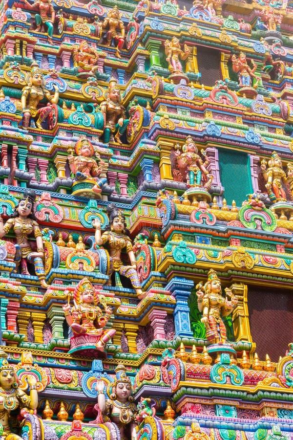 在斯里玛哈Mariamman寺庙,位于西罗姆路的泰米尔人北印度语寺庙的gopura塔的被雕刻的图象,曼谷, 免版税库存照片