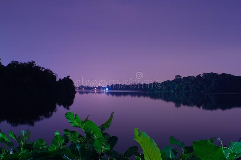 在新加坡上面的Seletar水库的晚上 图库摄影