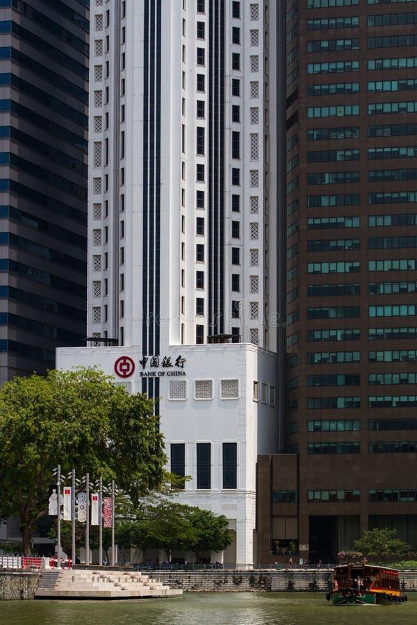在新加坡河的一传统bumboat有现代办公楼的在背景中 库存照片